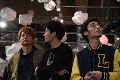 店内を見渡す3人。左から香取慎吾、稲垣吾郎、草なぎ剛。