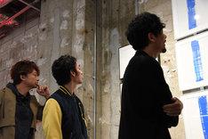 展示物を見る3人。左から香取慎吾、草なぎ剛、稲垣吾郎。