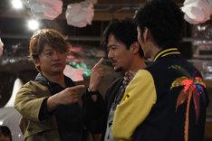 「誰が一番クソ野郎か?」という質問に、指を差して答える3人。左から香取慎吾、稲垣吾郎、草なぎ剛。