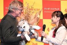 鈴木梨央(右)からオオカミのぬいぐるみを贈られるトッド・ヘインズ(左)。