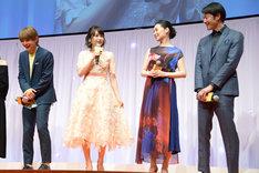 吉沢亮に「妖精みたい」と言われ、「服ですかね?」と聞く桜井日奈子(中央)。