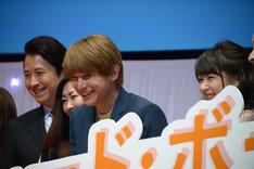 """""""ワンコのような笑顔""""を求められ、照れる吉沢亮(中央右)。"""