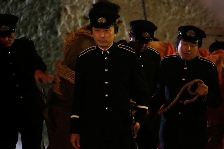 「曇天に笑う」より、関智一と塩谷直義のカメオ出演シーン。