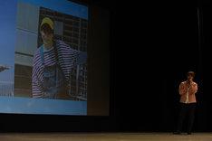 主演作「トモダチゲーム」のキャラ・マナブくんに扮したカットを紹介する吉沢亮。