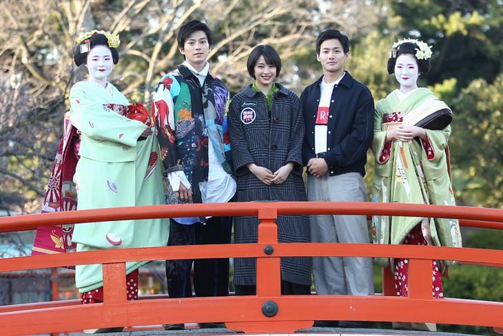 京都・神泉苑の法成橋で舞妓とともに記念撮影を行った新田真剣佑(中央左)、広瀬すず(中央)、野村周平(中央右)。