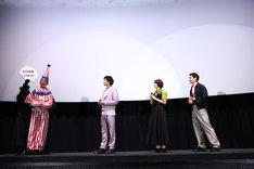 左から大阪・TOHOシネマズ 梅田での舞台挨拶に登壇したくいだおれ太郎、新田真剣佑、広瀬すず、野村周平。