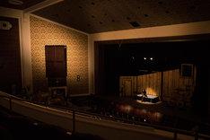 「猫は抱くもの」メイキングカット。ホールのステージ上に作られた舞台風セットの様子。