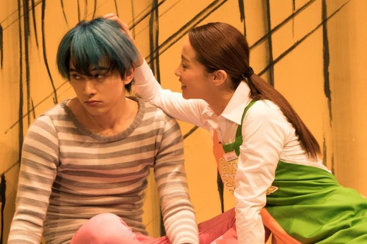 「猫は抱くもの」メイキングカット。左から良男役の吉沢亮、沙織役の沢尻エリカ。