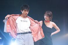 ランウェイに登場した山田裕貴(左)と池田エライザ(右)。