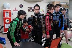 「炎神戦隊ゴーオンジャー 10 YEARS GRANDPRIX」より、高橋來演じる走児(左から2番目)。