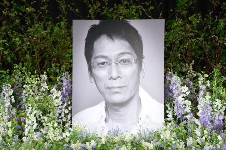 大杉漣の息子であり写真家の大杉隼平が撮影した遺影。