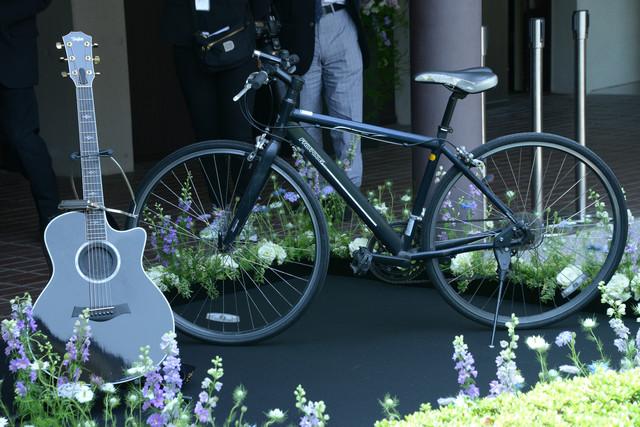 大杉漣が愛用していたギターと自転車。