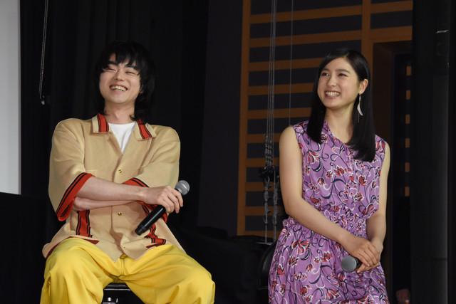 アイデンティティのネタを見て笑う菅田将暉(左)と土屋太鳳(右)。
