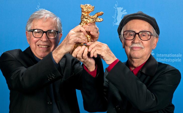 金熊賞のトロフィーを持つパオロ・タヴィアーニ(左)とヴィットリオ・タヴィアーニ(右)。(写真提供:Tim Brakemeier / dpa/picture-alliance / Newscom / ゼータ イメージ)