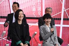 「最近は最中のおいしさに目覚めたんです」という遠藤憲一(後列左)の告白に笑みをこぼすキャストたち。