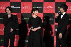 小澤征悦からのパスにあきれる斉藤由貴(中央)と、中村倫也(左)、滝藤賢一(右)。
