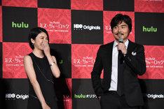 撮影セット「221B」の呼び方を力説しようとするもあきらめる小澤征悦(右)と、笑いをこらえる竹内結子(左)。