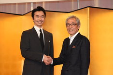NHK大河ドラマ「麒麟がくる」製作・主演発表会の様子。握手を交わす長谷川博己(左)と池端俊策(右)。