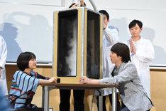 実験に参加した広瀬すず(前列左)と櫻井翔(前列右)。