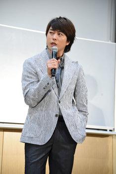 ポケットに手を入れる加藤央之を観察し、「僕も講義のシーンでやっときゃよかったなあ!」とまねする櫻井翔。
