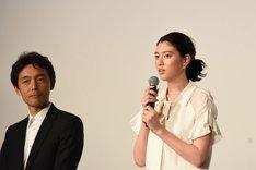 左から佐藤信介、三吉彩花。