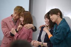 女子大生とポスター風に記念撮影する佐藤大樹(左端)と吉沢亮(右端)。