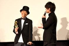 「ずっと目指していた賞」とわざとらしく話す佐藤健(右)。