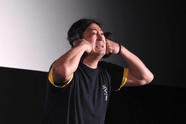 「卑弥呼さまー!」のネタをする鈴木Q太郎。