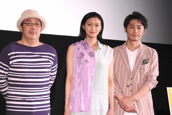 第10回沖縄国際映画祭「島ぜんぶでおーきな祭」で行われた「家に帰ると妻が必ず死んだふりをしています。」舞台挨拶の様子。左から李闘士男、榮倉奈々、安田顕。