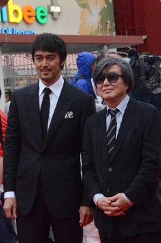 「のみとり侍」より阿部寛(左)と鶴橋康夫(右)。