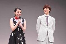 左から成海璃子、岡田将生。