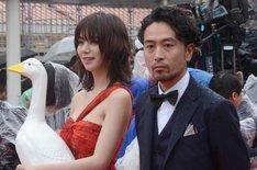 「ルームロンダリング」より池田エライザ(左)と片桐健滋(右)。