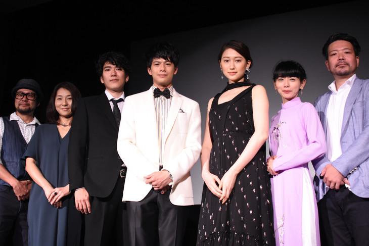 「クジラの島の忘れもの」ワールドプレミアの様子。左から宮島真一、北川彩子、神田青、森崎ウィン、大野いと、幸地尚子、牧野裕二。