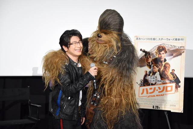 及川光博(左)の肩を抱くチューバッカ(右)。