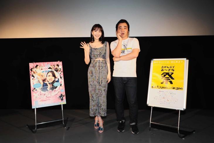 第10回沖縄国際映画祭「島ぜんぶでおーきな祭」での「レオン」舞台挨拶の様子。左から知英、斉藤慎二(ジャングルポケット)。