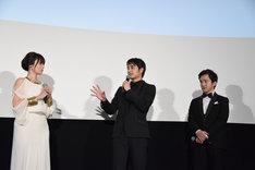 現場を早く出すぎて舞台の観客と同じ電車に乗り合わせたエピソードを披露する中村蒼(中央)。