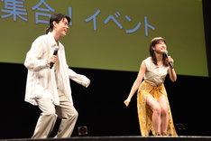 土屋太鳳の「女優になってやる!」を再現する菅田将暉(左)と土屋太鳳(右)。