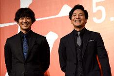 左から瑛太、生田斗真。