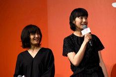 左から富田靖子、夏帆。
