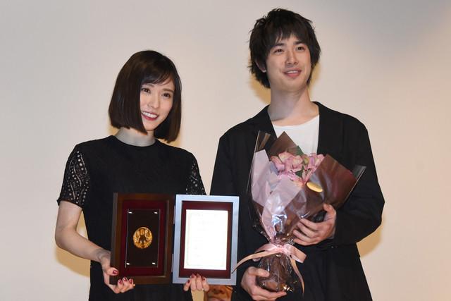 左から松岡茉優、渡辺大知。