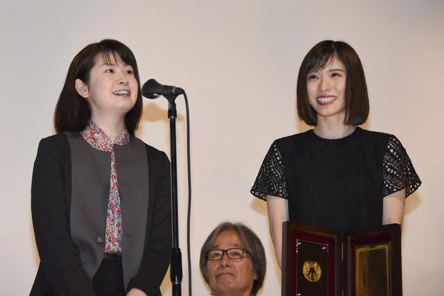 左から企画プロデューサーの白石裕菜、松岡茉優。