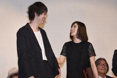 左から渡辺大知、松岡茉優。