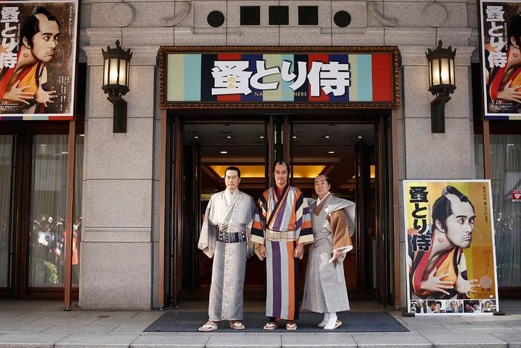 「のみとり侍」大阪完成披露を行った大阪松竹座にて、左から豊川悦司、阿部寛、桂文枝。