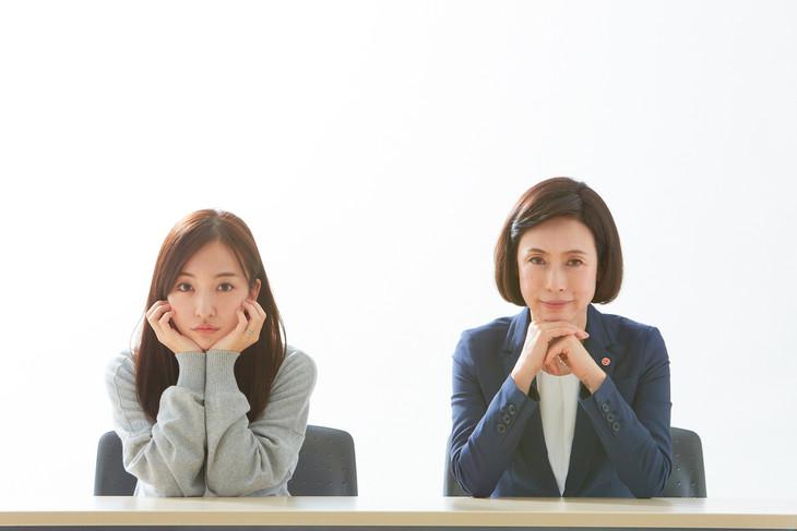 映画「イマジネーションゲーム」より板野友美と久本雅美。(c)「イマジネーションゲーム」製作委員会