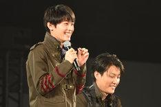 5円玉のネックレスをつけた小林亮太(左)。