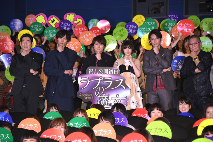 「ラプラスの魔女」公開記念舞台挨拶の様子。左から高嶋政伸、福士蒼汰、櫻井翔、広瀬すず、玉木宏、三池崇史。