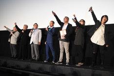 「機動戦士ガンダム THE ORIGIN 誕生 赤い彗星」上映記念2日目舞台挨拶にて、「ジークジオン!」と会場とのコール&レスポンスをする様子。