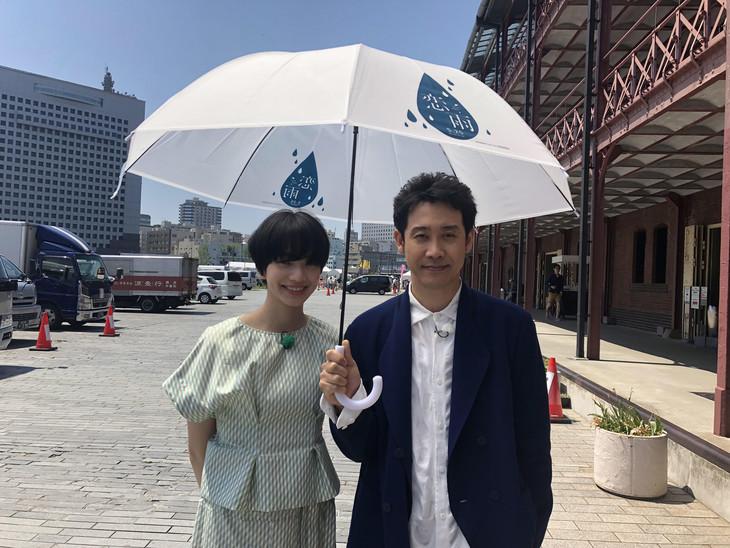 """""""恋雨傘""""をさす小松菜奈(左)と大泉洋(右)。"""
