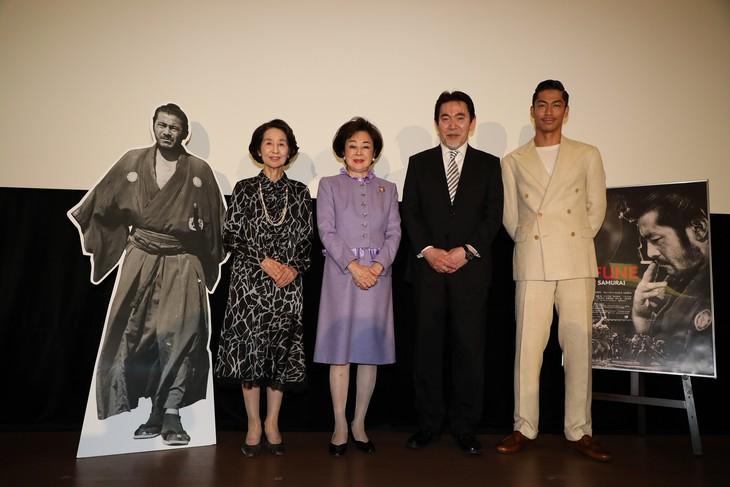 「MIFUNE: THE LAST SAMURAI」初日舞台挨拶の様子。左から香川京子、司葉子、三船史郎、EXILE AKIRA。