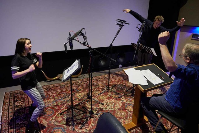 「アーリーマン ~ダグと仲間のキックオフ!~」アフレコ中のエディ・レッドメイン(右奥)とメイジー・ウィリアムズ(左)。